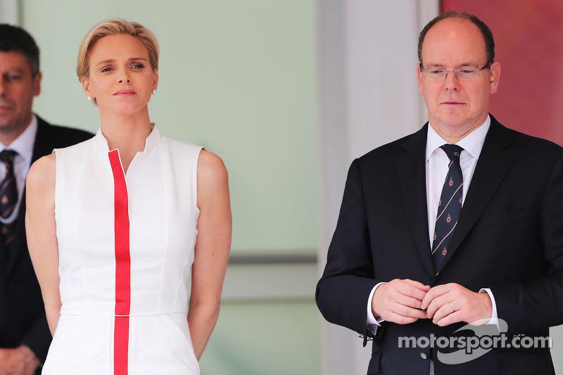 HSH Monaco Prensi Albert ve eşi Prenses Charlene, podyumda