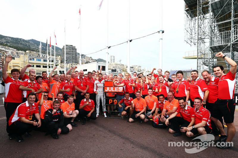 玛鲁西亚F1车队的朱尔斯·比安奇庆祝获得第九名拿到车队和个人第一个F1积分