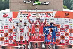 GT500领奖台:第一名松田次生,罗尼·昆塔雷利,第二名柳田真孝,本山哲,第三名安田裕信,若奥·保罗·德·奥利维拉