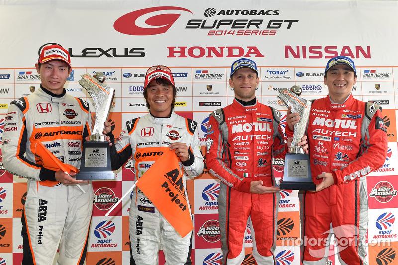 GT500 Kazanan Tsugio Matsuda ve Ronnie Quintarelli ve GT300 Kazanan Shinichi Takagi, Takashi Kobayashi