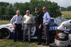 Steve Cauthen, O. Bruton Smith, Carl Edwards, Mark Simendinger,在肯塔基的梦想大陆农场
