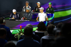 Adrian Sutil, Sauber; Nico Hulkenberg, Sahara Force India F1; Kamui Kobayashi, Caterham; Felipe Massa, Williams; Lewis Hamilton, Mercedes AMG F1; Jenson Button, McLaren en la conferencia de prensa