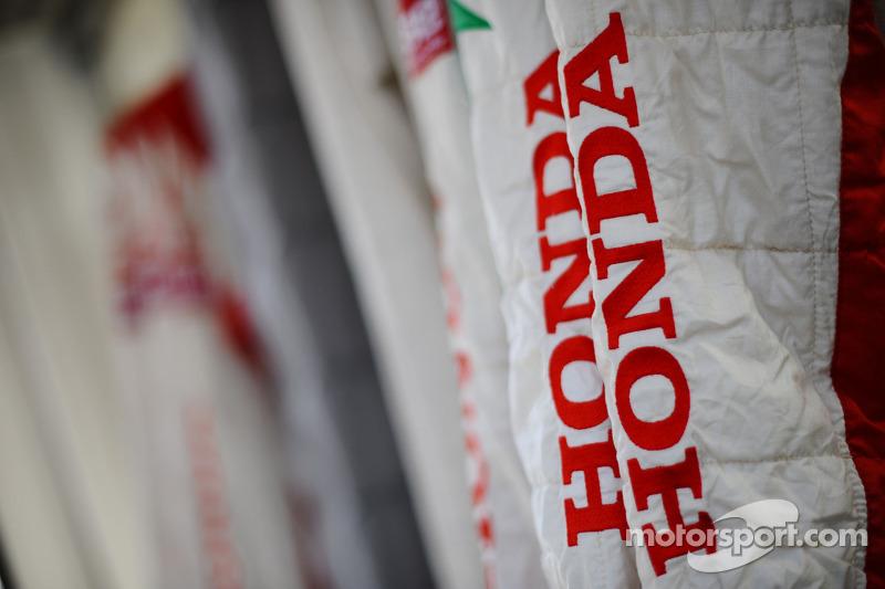 Honda takımı yangın elbiseleri