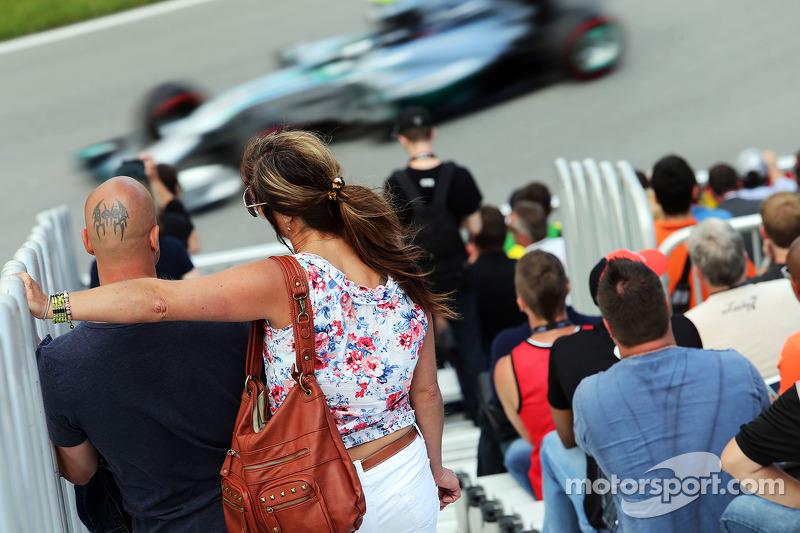 Taraftarlar ana tribünde Nico Rosberg'i izliyor, Mercedes AMG F1 W05