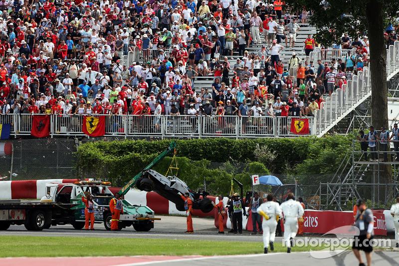 La Williams FW36 di Felipe Massa, Williams viene rimossa dopo l'incidente alla prima curva