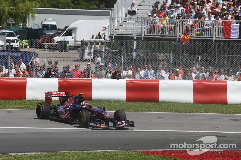 Daniil Kvyat, Scuderia Toro Rosso STR9 recovers from a spin