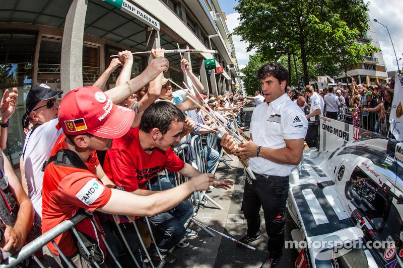 Porsche membros da equipe dão bandeiras aos fãs