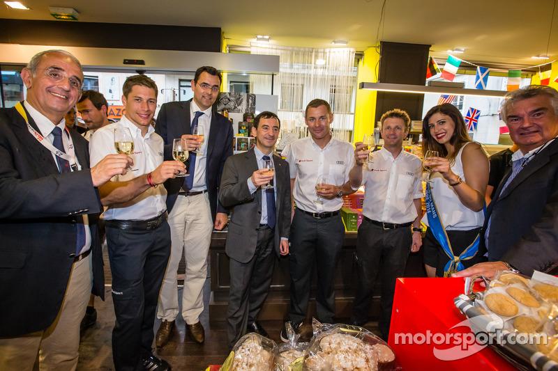 El izi seremonisi: 2013 24 Saat Le Mans Kazanan Loic Duval, Tom Kristensen ve Allan McNish ve Miss 24 Saat Le Mans 2014 ve ACO Başkanı Pierre Fillon