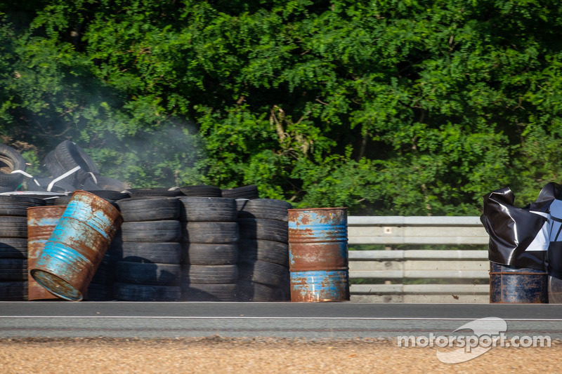 Kaza yapan: #67 IMSA Performance Matmut Porsche 911 GT3 RSR (997): Erik Marris, Jean-Marc Merlin, Er