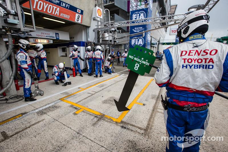Membro del team Toyota Racing attende la # 8 Toyota Racing Toyota TS 040 - Hybrid