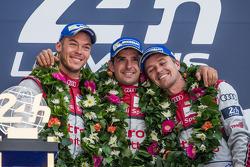 LMP1-Podium: 1. Marcel Fässler, Andre Lotterer, Benoit Tréluyer
