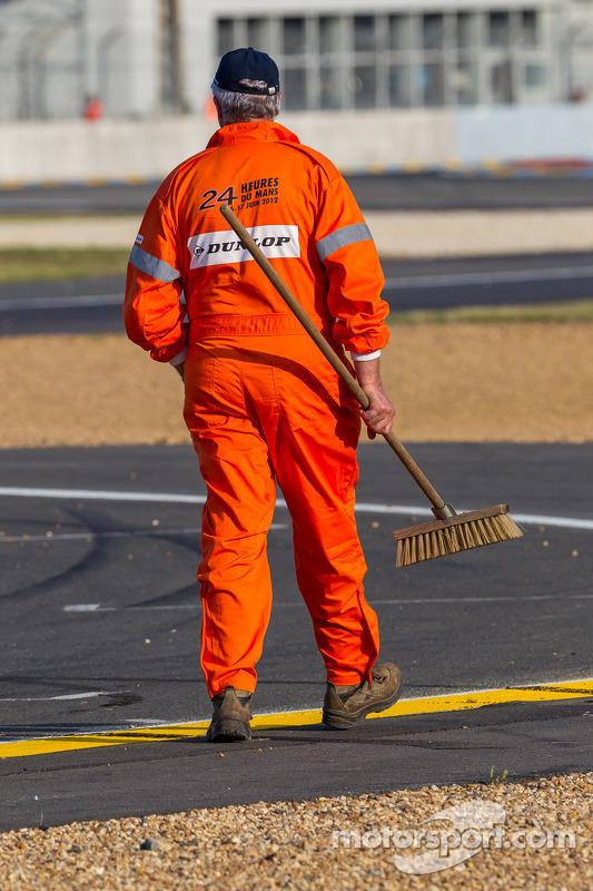 Comissários limpando a pista, durante bandeira vermelha