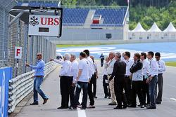 Charlie Whiting, FIA-Rennleiter, inspiziert die Strecke