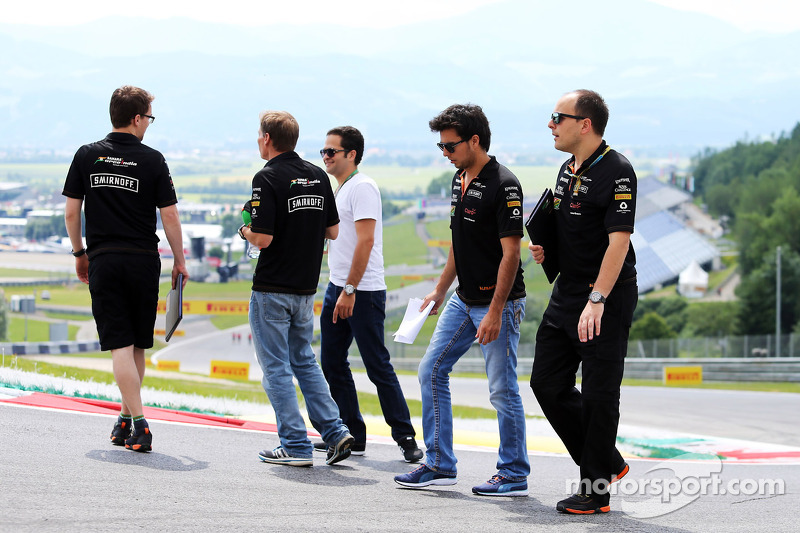 Sergio Perez, Sahara Force India F1, cammina in circuito con Gianpiero Lambiase, Ingegnere Sahara Fo