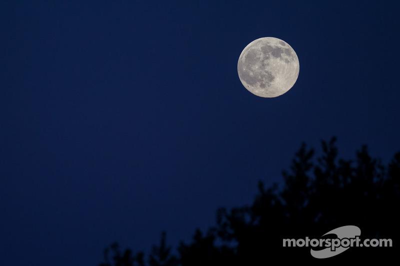 Luna piena sopra le qualifiche di Giovedi