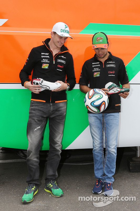 Nico Hulkenberg, Sahara Force India F1, e Sergio Perez, Sahara Force India F1, recebem a sapatilha temática da Alpine Stars referente à Copa do Mundo da FIFA