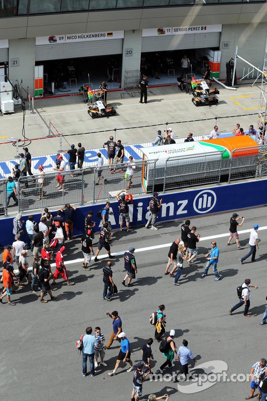 Sahara Force India F1 Team pit garagem com fãs