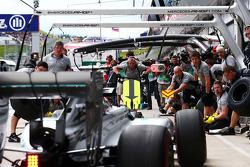 Lewis Hamilton, Mercedes AMG F1 W05 practices a pit stop