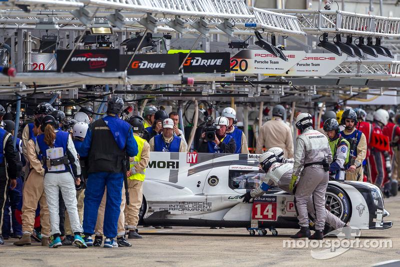 Problemi per la # 14 Porsche team Porsche 919 Hybrid: Romain Dumas, Neel Jani, Marc Lieb