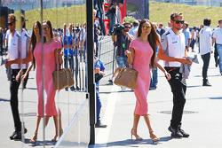 Jenson Button, McLaren with his girlfriend Jessica Michibata (JPN)