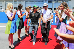 (Da sinistra a destra): Sergio Perez, Sahara Force India F1 con Jenson Button, McLaren