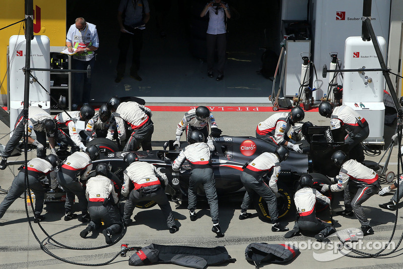 Adrian Sutil, Sauber F1 Team during pitstop