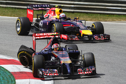 Daniil Kvyat, Scuderia Toro Rosso STR9 with a broken rear suspension and de tyre