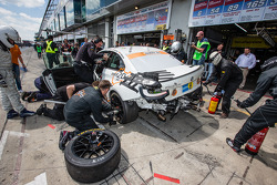 Pitstop: #312 BMW M235i Racing: Jörg Wiskirchen, Carsten Welschar, David Ackermann