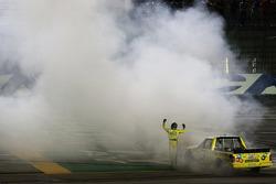 Yarış galibi Kyle Busch kutlama yapıyor
