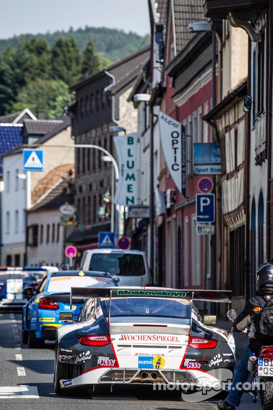 #11 Wochenspiegel 曼泰车队 保时捷 911 GT3 RSR 在交通问题中