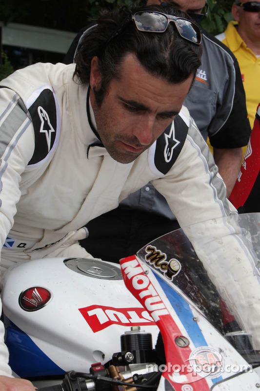 Dario Franchitti John McGuinness'un motorunu deniyor