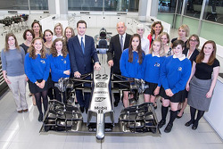 Il Cancelliere dello Scacchiere visita il Mclaren Technology Centre a Woking, Surrey, Inghilterra