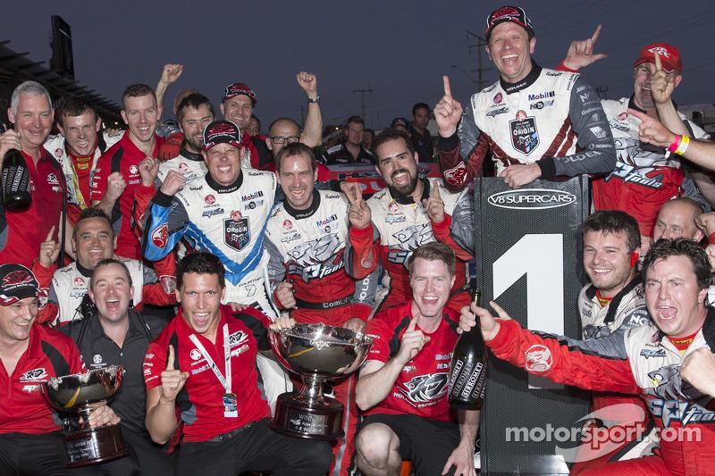 Holden Racing Team festeggia il primo e secondo posto per Garth Tander e James Courtney