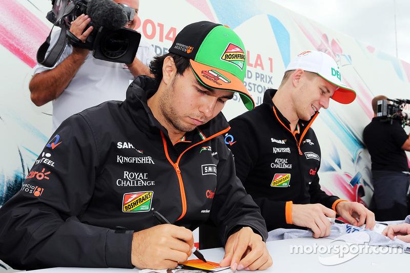 Sergio Perez, Sahara Force India F1, e Nico Hulkenberg, Sahara Force India F, firmano autografi ai f