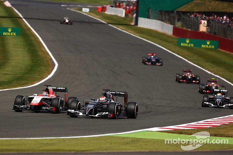 玛鲁西亚F1车队MR03赛车车手朱尔斯·比安奇和索伯车队C33车手阿德里安·苏蒂尔争夺位置