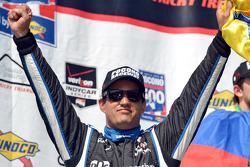 El ganador de la carrera, Juan Pablo Montoya, del equipo Penske.