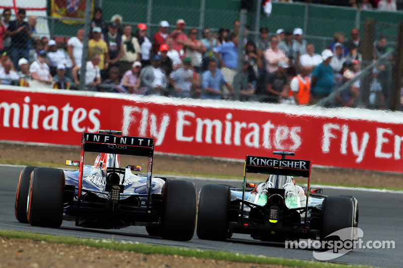 Daniel Ricciardo, Red Bull Racing RB10 ve Nico Hulkenberg, Sahara Force India F1 VJM07 pozisyon için