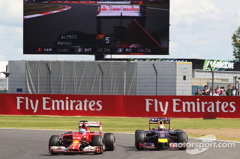 Fernando Alonso, Ferrari F14-T ve Sebastian Vettel, Red Bull Racing RB10 pozisyon için mücadele ediy