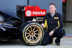 Mario Isola, Pirelli Racing Manager en de Lotus F1 E22 met nieuwe 18 inch Pirellibanden en -velgen