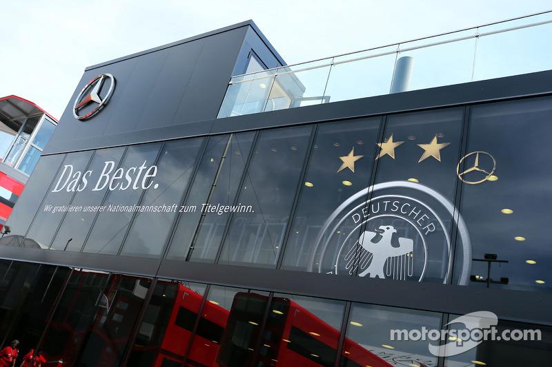 Il camper Mercedes AMG F1 2014 festeggia il successo della Germania nei mondiali di calcio 2014
