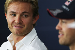 (Da sinistra a destra): Nico Rosberg, Mercedes AMG F1 e Sebastian Vettel, Red Bull Racing alla conferenza stampa FIA
