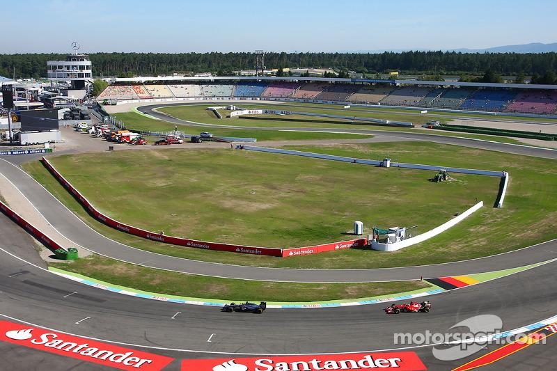 Jenson Button, McLaren MP4-29 davanti a Fernando Alonso, Ferrari F14-T