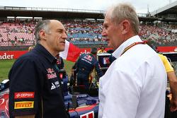 (Soldan Sağa): Franz Tost, Scuderia Toro Rosso Takım Müdürü ve Dr Helmut Marko, Red Bull Motorsporları Danışmanı gridde