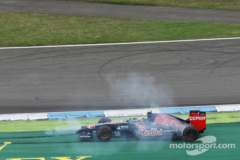 Daniil Kvyat, Scuderia Toro Rosso STR9 spins after colliding with Sergio Perez, Sahara Force India F
