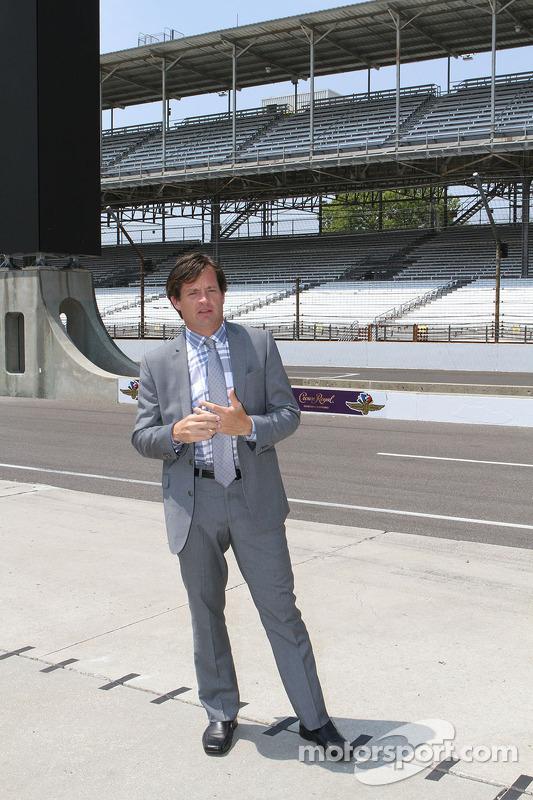 J. Douglass Boles, Başkan, Indianapolis Motor Yarış Pisti'nin yeni sıralama tabelasını tanıttı
