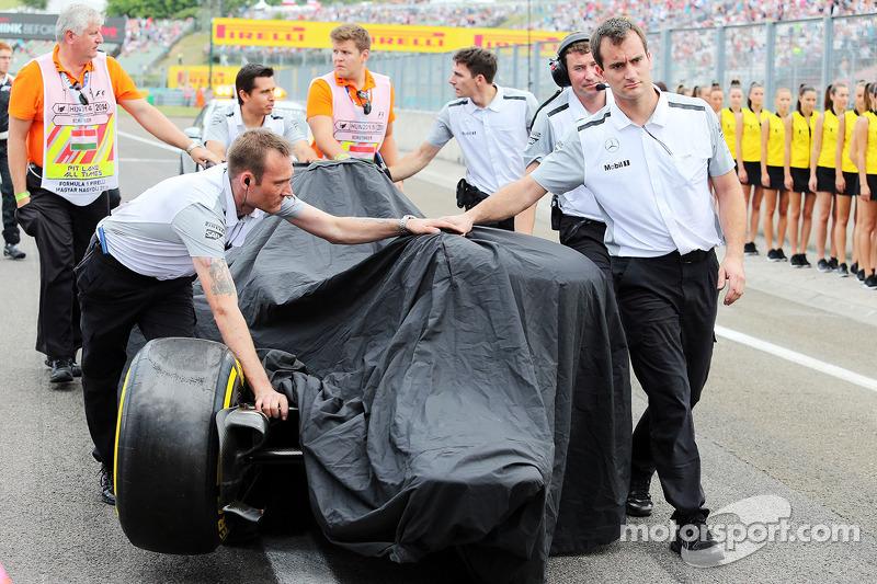 La McLaren MP4-29 di Kevin Magnussen, McLaren viene portata di nuovo ai box dopo l'incidente in qualifica