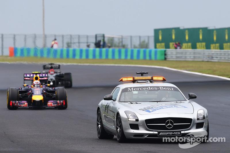 Daniel Ricciardo, Red Bull Racing RB10 ile güvenlik aracı arkasında lider