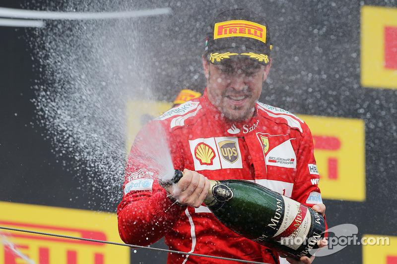 Fernando Alonso, Ferrari podyumda şampanya ile ikinciliğini kutluyor