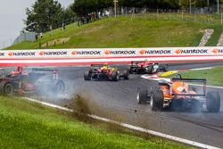 Restart: Esteban Ocon, Prema Powerteam Dallara F312 Mercedes ve Felix Rosenqvist, kfzteile24 Mücke Motorsport Dallara F312 Mercedes çarpışıyor