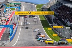 Robert Wickens su Mercedes AMG C-Coupé del team HWA DTM comanda il gruppo nel giro di formazione